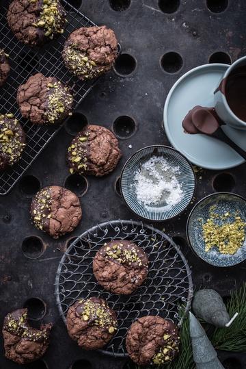 Rezept SCHOKO BROWNIE COOKIES MIT TONKABOHNE, PISTAZIEN UND FLEUR DE SEL