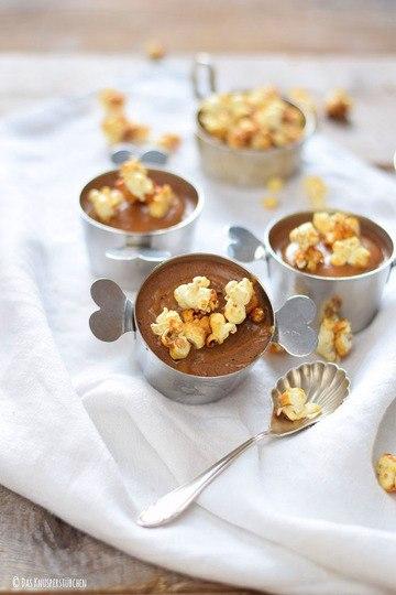 Rezept Schoko-Mousse-Pudding mit Karamell-Popcorn und Toffee-Sauce