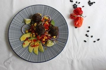 Rezept Schwarze Bohnenbällchen und Salat mit Paprika, Mais und Avocado