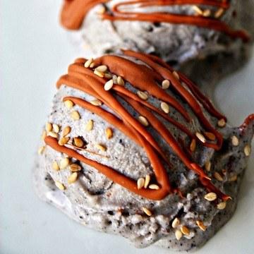 Rezept Schwarzes Sesam Eis mit Vollmilchschokoladen Swirl