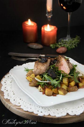 Rezept Schweinefilet mit Rosmarin-Pflaumen, Speckkartoffeln und Parmesan-Rucolasalat
