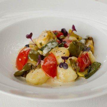 Rezept Selbstgemachte Ziegenkäse Gnocchi mit Ofengemüse und Parmesanschaum