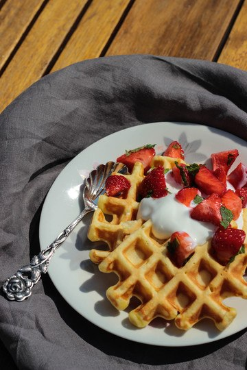 Rezept Sesam-Waffeln mit Minz-Erdbeeren