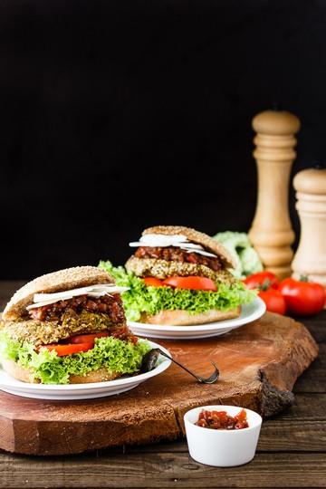 Rezept Sigrids Ziegenkäse-Tomatenchutney-Vollkornburger mit Haferbratlingen