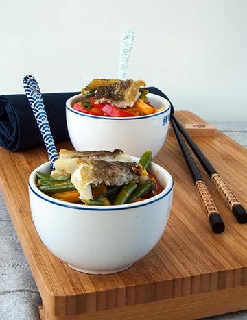 Rezept Skreifilet auf Gemüsebett in roter Currysauce