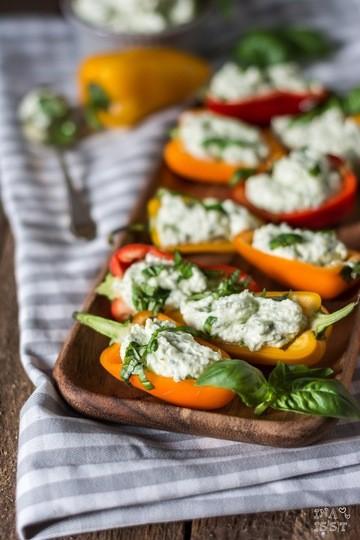 Rezept Snack-Paprika mit Basilikum-Fetacreme