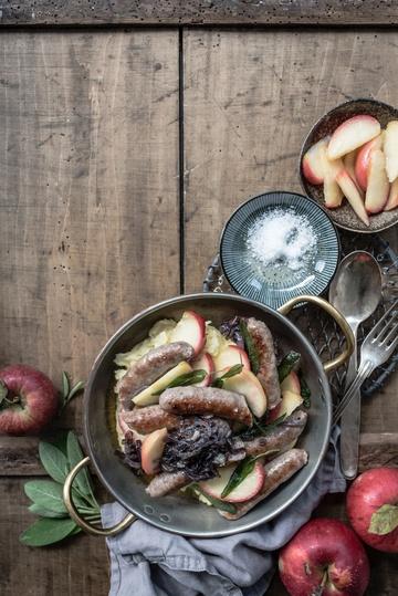 Rezept softer kartoffelstampf, gebratene apfelspalten mit apfelessig, rote butterzwiebeln, fenchel salsiccia und frittierter salbei