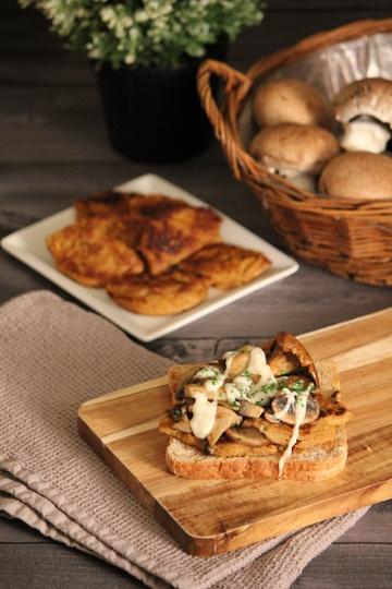 Rezept Soja-Medaillons auf Vollkorntoast mit gebratenen Pilzen und veganer Béchamel-Sauce