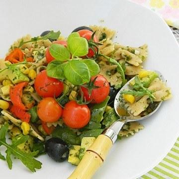Rezept Sommer Pasta mit Avocado & Gemüse.