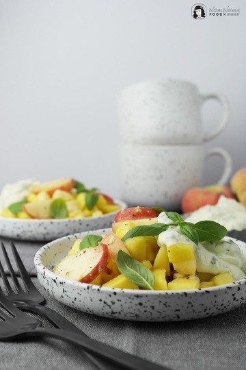 Rezept Sommer-Salat: Mango-Pfirsich-Mozzarella-Salat mit Pfeffer und Basilikum-Dressing