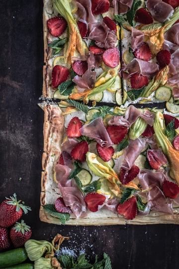 Rezept sommerlicher flammkuchen mit zucchini, erdbeeren, parmaschinken, ziegenfrischkäse und minze