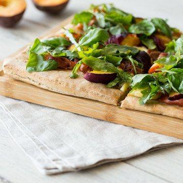 Rezept Sommerpizza mit Pfirsich, Parmaschinken und Rucola