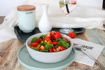 Rezept Sommersalat mit Blattspinat, Erdbeeren & gerösteten Kichererbsen