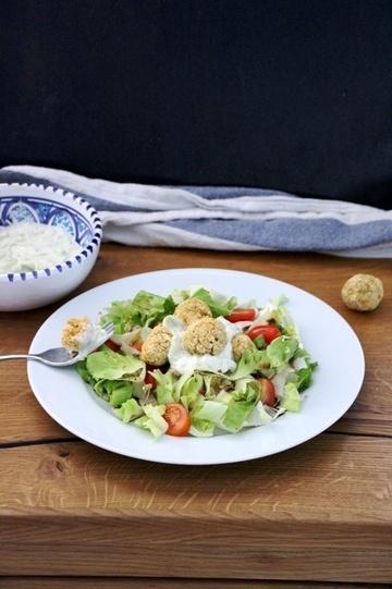 Rezept Sommersalat mit Kichererbsenbällchen und Tzatziki