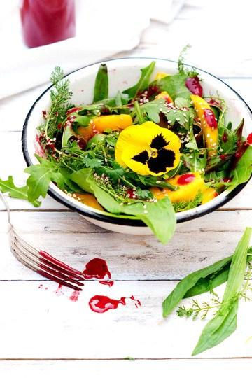 Rezept Sommersalat mit Mango, Wildkräutern und Himbeerdressing