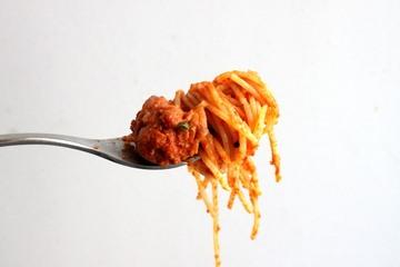 Rezept Spaghetti mit Ayvar, Wurst und Kraeutern