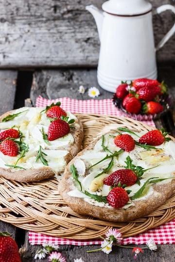 Rezept Spargel-Erdbeer-Fladen mit Rucola