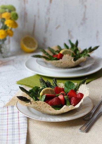 Rezept Spargel-Erdbeer-Salat auf essbarem Parmesanteller