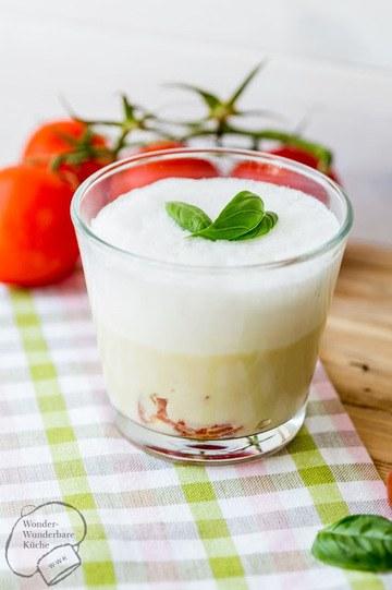 Rezept Spargelcremesuppe mit Tomaten und Basilikumschaum