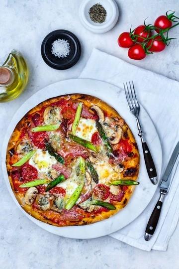 Rezept Spargelpizza mit Mozzarella, Gorgonzola und Pancetta