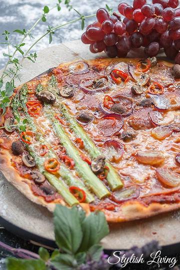 Rezept Spargelpizza mit Schinken, Salami, Weintrauben, Champignons und Peperoncini