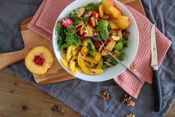 Rezept Spätsommer-Salat mit Pfirsich, Walnuss & geröstetem Kürbis