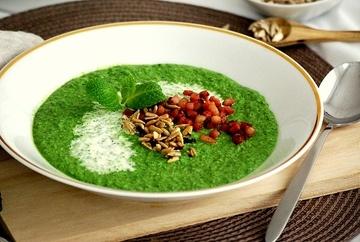 Rezept Spinat-Erbsen-Minzsüppchen mit Speckwürfeln und Sonnenblumenkernen