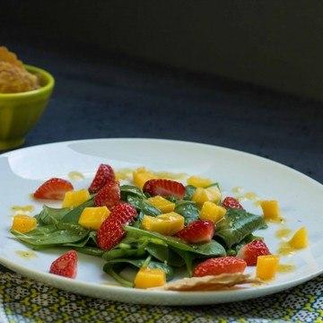 Rezept Spinat Mango Erdbeer Salat mit Käsecracker