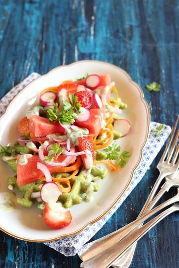 Rezept Spinatwaffeln mit Wassermelone, Erdbeeren und Radieschenblatt-Dressing