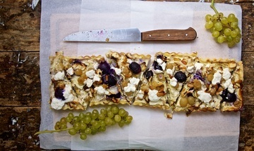 Rezept Spitzkohl-Quiche mit Ziegenkäse, Trauben und Pinienkernen