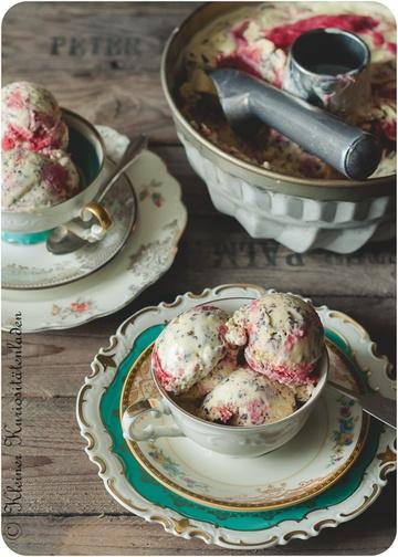 Rezept Stracciatellaeis mit Erdbeer-Rhabarber-Swirl