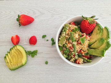 Rezept Superfood-Bowl mit Couscous, grünem Spargel und Erdbeeren