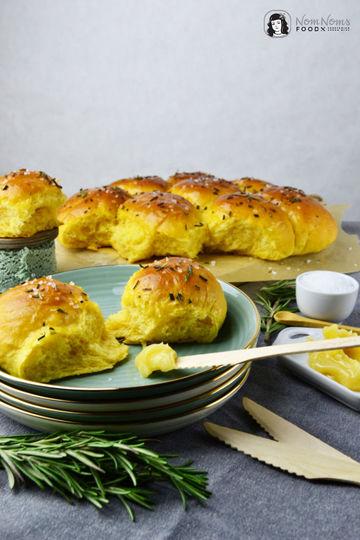 Rezept Süßkartoffel Brötchen mit Rosmarin und Meersalz dazu Honig-Butter