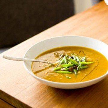 Rezept Süßkartoffel-Kürbis-Suppe mit Mönchspfeffer, Pufferbsen und Taggiasce Oliven