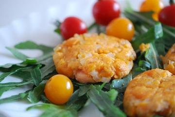 Rezept Süßkartoffel-Lachs-Puffer auf Rucola