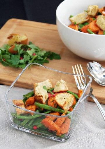 Rezept Süßkartoffelsalat mit Prinzess-Bohnen, Zuckerschoten und Granatapfelkernen.