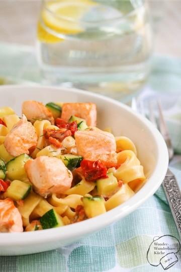Rezept Tagliatelle mit Lachs, Zucchini und getrockneten Tomaten