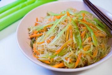 Rezept 糖醋拌三丝 (tángcù bàn sānsī) – süß-sauer Salat mit dreierlei Streifen (Sellerie, Karotte und Glasnudeln)