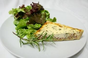 Rezept Tarte mit Ziegenkäse und Salat mit Lieblingsdressing