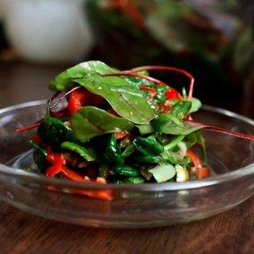 Rezept Tatsoi-Mangold-Salat mit Paprika, Datteln und Nüssen
