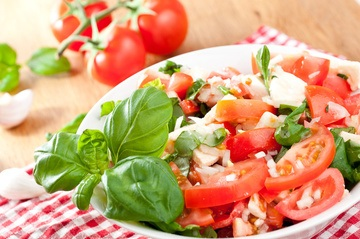 Rezept Tomatensalat mit Zwiebeln und Mozzarella