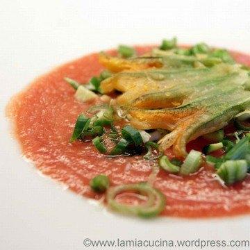 Rezept Tomatensuppe aus rohen Tomaten mit Zucchiniblüte