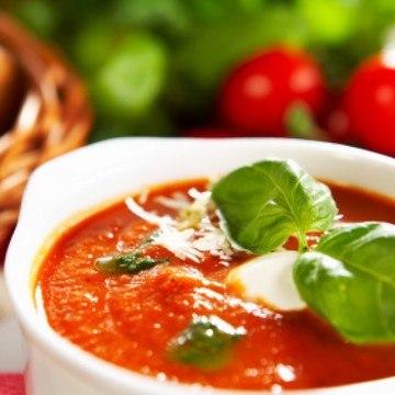 Rezept Tomatensuppe mit Gin, Büffel Mozarella und gerösteten Pinienkernen