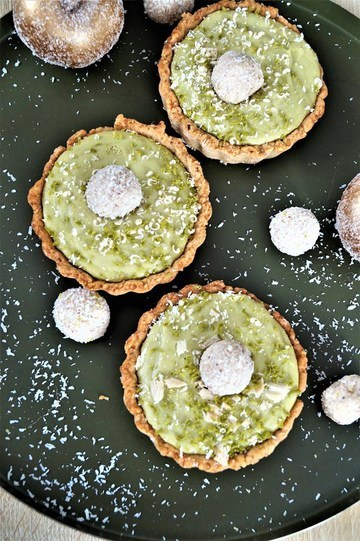 Rezept Vanillekipferl-Tartelettes mit einem Weißen-Schokolade-Grüntee-Mousse und Kokoskugerln