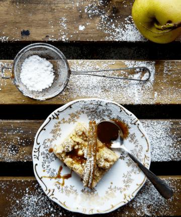 Rezept VEGAN: Apfelkuchen mit Sahne-Karamellsoße