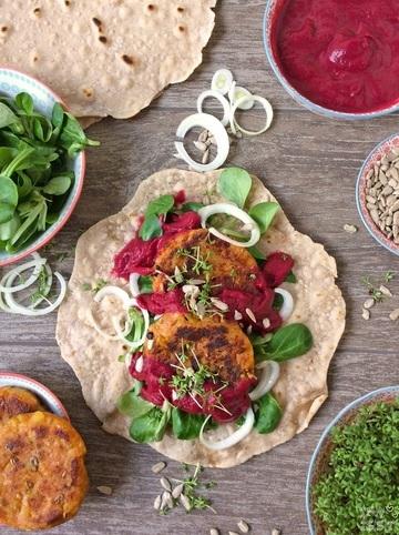 Rezept Vegane Buchweizenwraps mit Kartoffelbratlingen und Rote Bete-Thymian-Soße