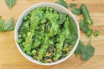 Rezept Vegane Frühlings-Bowl mit Zucchininudeln