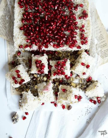 Rezept Vegane No-bake Milchreis Squares, mit Chia-Knusperboden und Granatapfelkernen