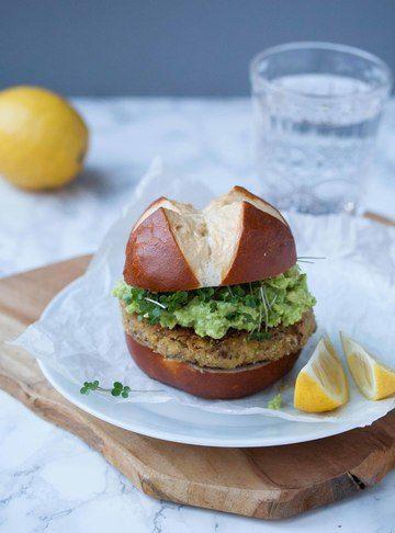 """Rezept Veganer """"Fisch""""-Burger mit Zitronen-Guacamole"""