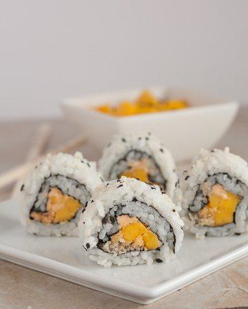 Rezept Veganes Inside-Out Sushi mit Mango, Knusper-Panko & Sriracha Mayo
